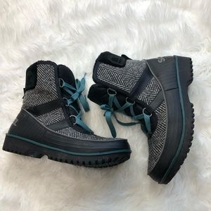 Sorel snow boots lined 9.5 white black blue
